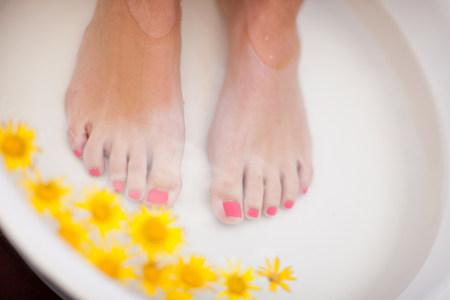 lavish: Womans feet soaking in tub LANG_EVOIMAGES