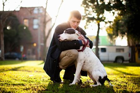 agachado: Abrazo, perro, parque LANG_EVOIMAGES