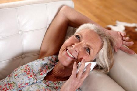 Oudere vrouw praten op de mobiele telefoon