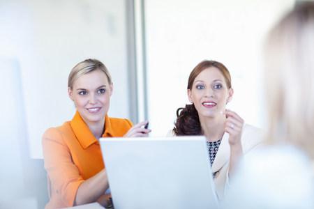 Businesswomen working on laptop LANG_EVOIMAGES