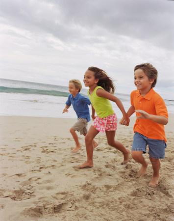 bonne aventure: Enfants courir ensemble sur la plage