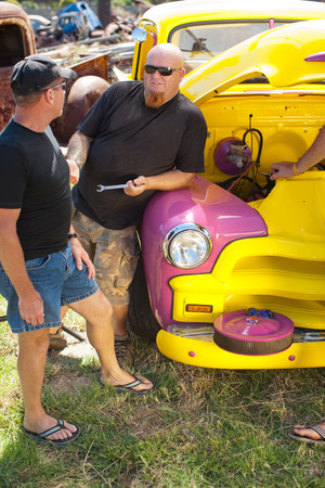 llave de sol: Mechanics working on colorful car