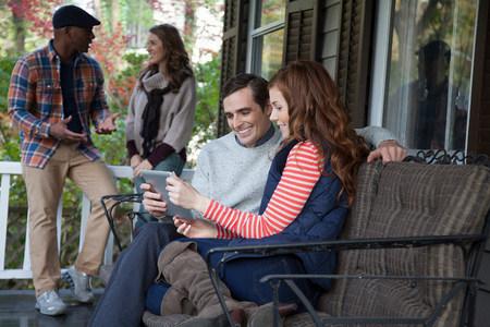 Paar mit Tablet-Computer auf Veranda