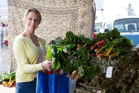 low self esteem: Woman shopping at farmers market LANG_EVOIMAGES