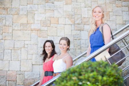 bajando escaleras: Tres mujeres jóvenes LANG_EVOIMAGES