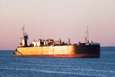 commodities: Oil tanker LANG_EVOIMAGES