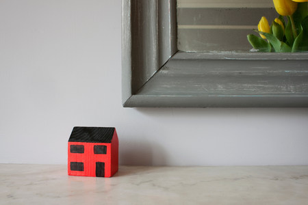mantelpiece: Model of house on mantelpiece LANG_EVOIMAGES