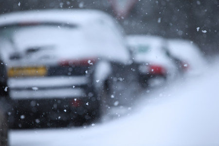 Snow flakes and row of cars LANG_EVOIMAGES