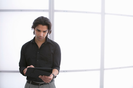electronic organiser: Young man using digital tablet