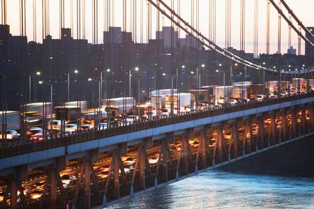 george washington: Mover el tráfico en el puente George Washington, Nueva York, EE. UU. LANG_EVOIMAGES