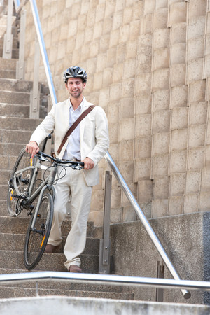 bajando escaleras: Joven en pasos con la bicicleta