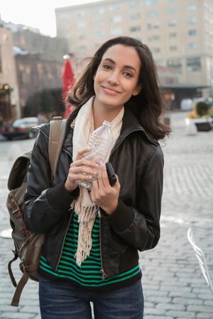 pubertad: Mujer bebiendo agua en la calle de la ciudad
