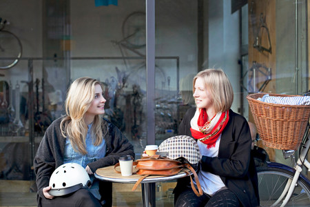 clothing store: Women having coffee together outdoors LANG_EVOIMAGES