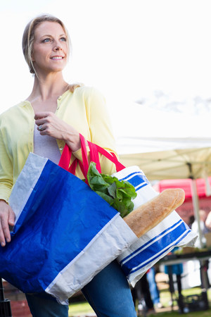 nourishing: Woman shopping at farmers market LANG_EVOIMAGES