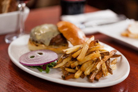 carnes y verduras: Hamburguesa y papas fritas francés LANG_EVOIMAGES