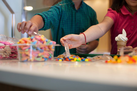 decide deciding: Children choosing toppings in store