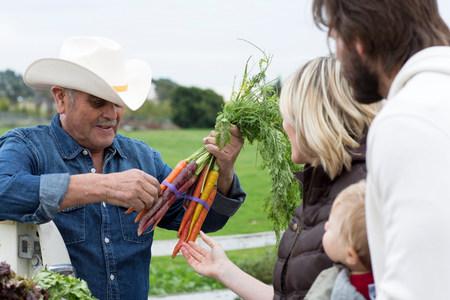 detoxing: Family shopping at farmers market