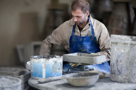 Sculpting and shaping pottery LANG_EVOIMAGES