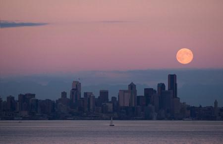 puget: Moon over skyline,Seattle,USA LANG_EVOIMAGES