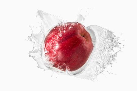 Red apple splashing in liquid LANG_EVOIMAGES