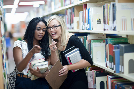 further: Two female students in library LANG_EVOIMAGES