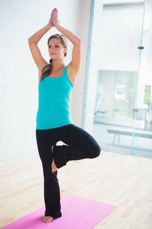 buen vivir: Joven, mujer, yoga, estera, árbol, posición
