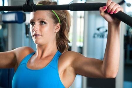 levantar peso: Primer plano de mujer joven tirando pesas LANG_EVOIMAGES