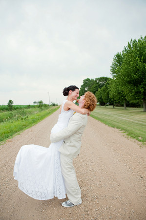smooching: Couple on wedding day hugging on dirt track LANG_EVOIMAGES