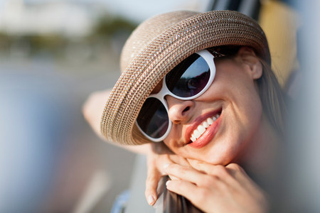 Mature woman wearing sunglasses and sunhat LANG_EVOIMAGES