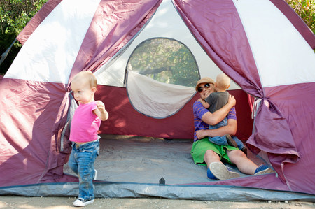 pa: Father and toddler twins in tent LANG_EVOIMAGES