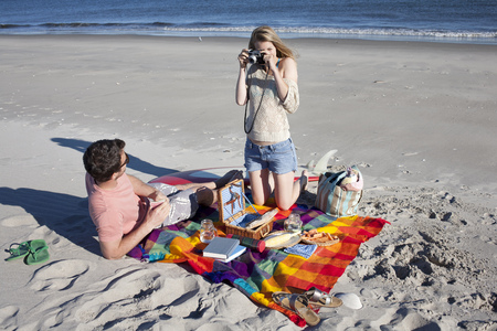 Couple picnicing and photographing,Breezy Point,Queens,New York,USA LANG_EVOIMAGES