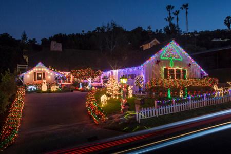 Casa con abbondanti luci natalizie esterne LANG_EVOIMAGES
