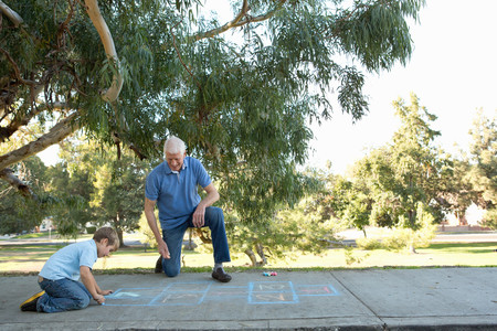 sleeve: Grandfather and grandson drawing hopscotch LANG_EVOIMAGES