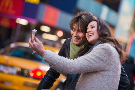 Young couple taking a selfie, New York City, USA LANG_EVOIMAGES