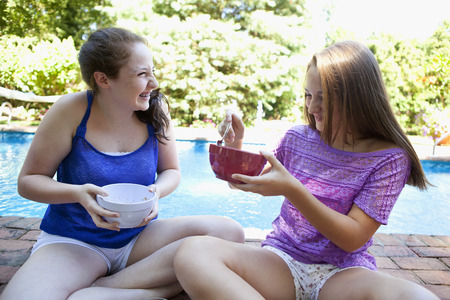 chuckle: Friends eating by pool LANG_EVOIMAGES