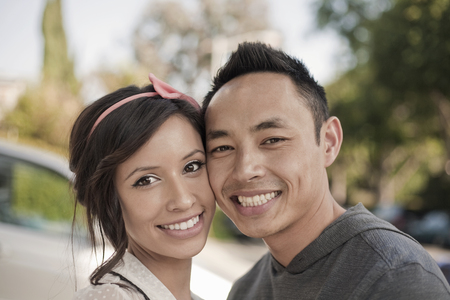Portrait of smiling couple face to face LANG_EVOIMAGES