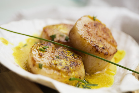 Scallops in butter sauce in seashell LANG_EVOIMAGES
