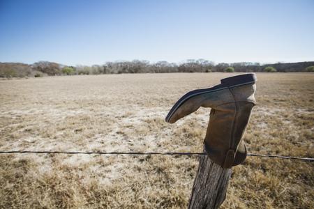 fencepost: Abandoned boot on fencepost, Texas, USA