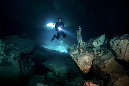 bens: Scuba diver enters Bens Cave LANG_EVOIMAGES