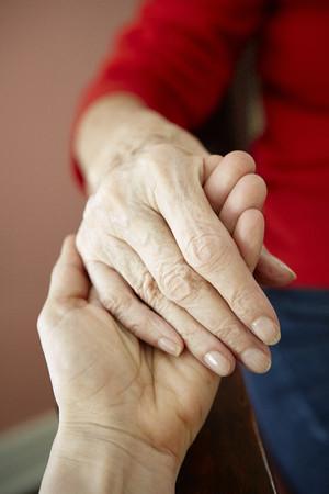 relaciones laborales: Cerca de mujer madura con mano de abuelas de 82 años