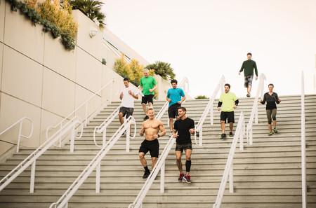 bajando escaleras: Pequeño grupo de corredores entrenando en las escaleras del centro de convenciones.