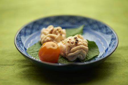 carnes y verduras: Bodegón de plato de tomate y carne con hojas LANG_EVOIMAGES