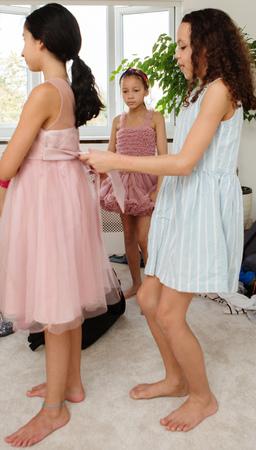 niños vistiendose: Chicas probándose vestidos LANG_EVOIMAGES