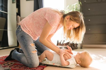 arrodillarse: Madre, cosquillas, bebé, alfombra