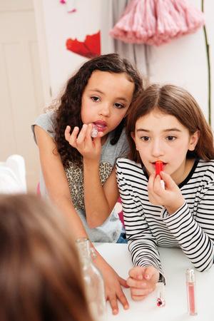 pijamada: Chicas aplicando maquillaje en el espejo