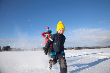 kick around: Father and two sons fooling around, running through snow covered landscape LANG_EVOIMAGES
