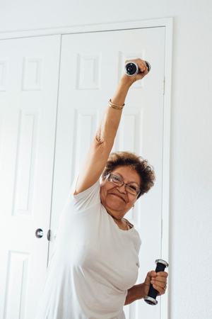 Woman using dumbbells LANG_EVOIMAGES