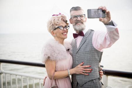 robo: 1950, estilo, vendimia, pareja, teniendo, smartphone, selfie ...
