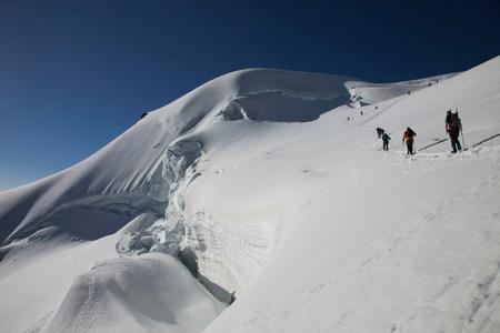 ski walking: Backpackers walking up snowy mountain