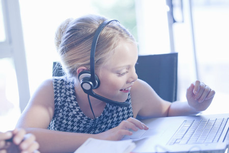customer service representative: Girl playing businesswoman at desk